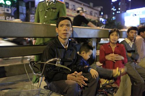 HN: Hàng nghìn người ngồi kín lòng đường dâng sao giải hạn - 7