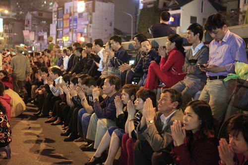 HN: Hàng nghìn người ngồi kín lòng đường dâng sao giải hạn - 6
