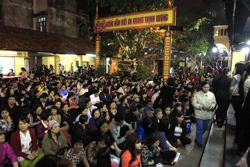 HN: Hàng nghìn người ngồi kín lòng đường dâng sao giải hạn - 12