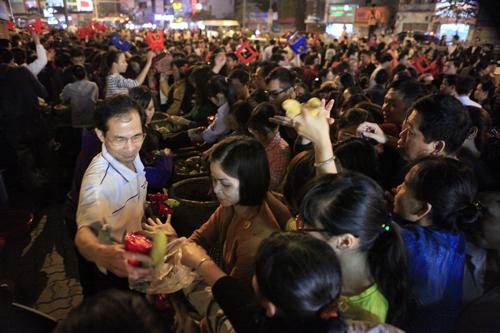 HN: Hàng nghìn người ngồi kín lòng đường dâng sao giải hạn - 16
