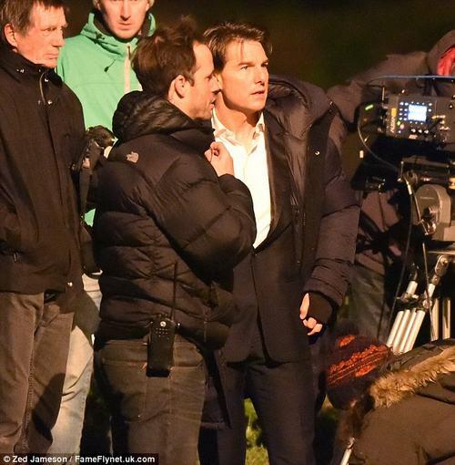 Tom Cruise thất thần cầm súng chạy trên đường phố Anh - 3