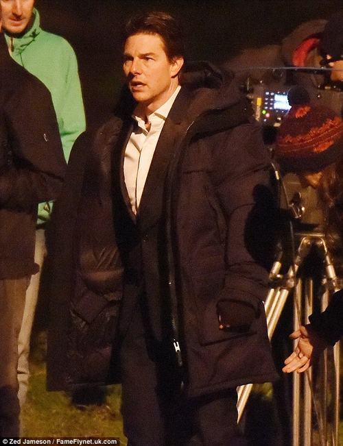 Tom Cruise thất thần cầm súng chạy trên đường phố Anh - 5