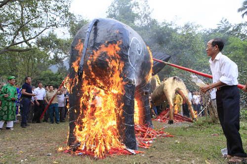 """Độc đáo lễ hóa voi, ngựa """"khủng"""" tại hội Đền Gióng - 8"""