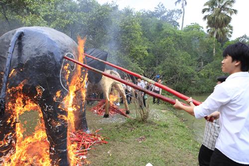 """Độc đáo lễ hóa voi, ngựa """"khủng"""" tại hội Đền Gióng - 9"""