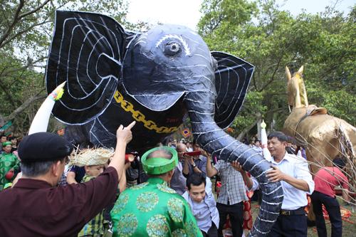 """Độc đáo lễ hóa voi, ngựa """"khủng"""" tại hội Đền Gióng - 6"""