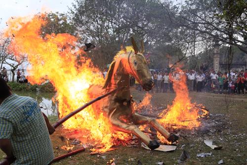 """Độc đáo lễ hóa voi, ngựa """"khủng"""" tại hội Đền Gióng - 10"""
