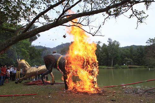 """Độc đáo lễ hóa voi, ngựa """"khủng"""" tại hội Đền Gióng - 11"""