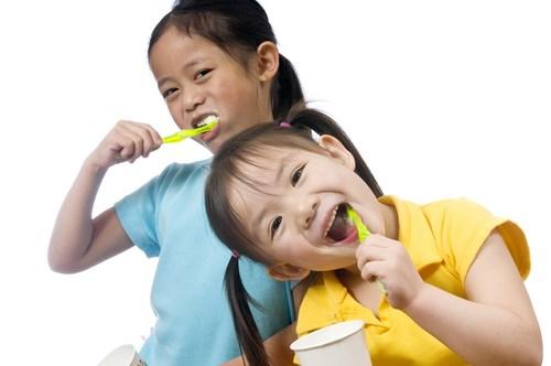 Vì sao không nên để trẻ dưới 8 tuổi tự đánh răng? - 1