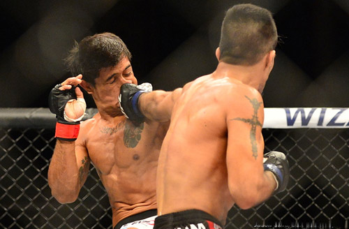 UFC: Cắn răng nhận 12 cú đấm mới chịu thua - 1