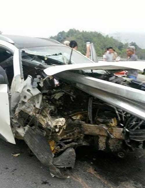 Dải phân cách xuyên thủng ô tô trên cao tốc HN- Lào Cai - 2