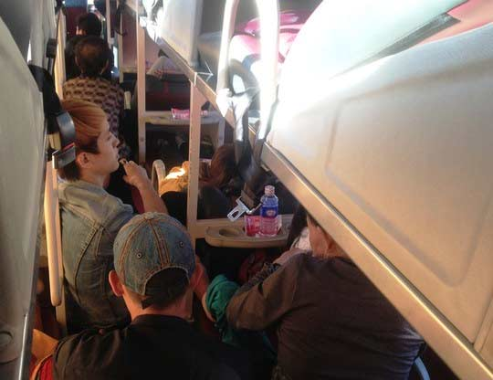 Bị nhồi nhét, bơ phờ trên chuyến xe đò vào Sài Gòn - 1
