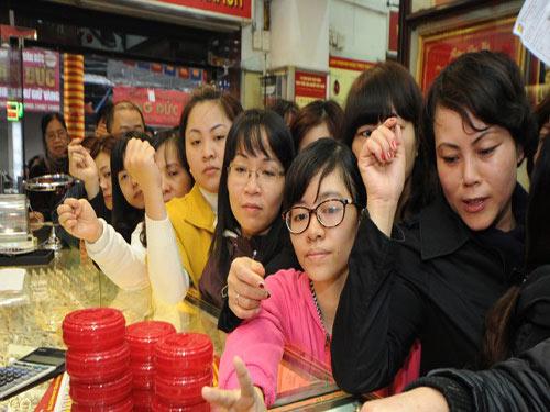 Chen nhau mua vàng lấy may ngày Vía Thần Tài - 1
