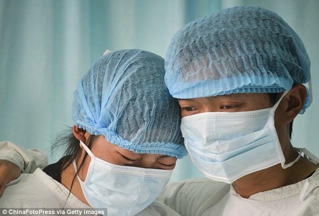 TQ: Bố mẹ nghẹn ngào từ biệt để bé trai hiến tạng - 3