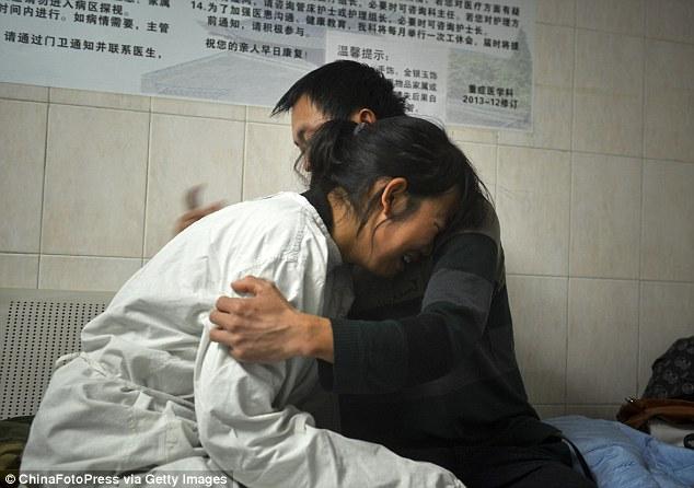 TQ: Bố mẹ nghẹn ngào từ biệt để bé trai hiến tạng - 6