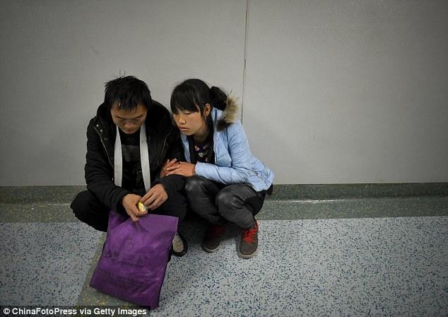 TQ: Bố mẹ nghẹn ngào từ biệt để bé trai hiến tạng - 7