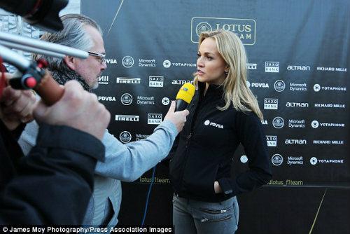 """Carmen Jorda – """"bông hồng"""" lạ của làng đua F1 2015 - 2"""