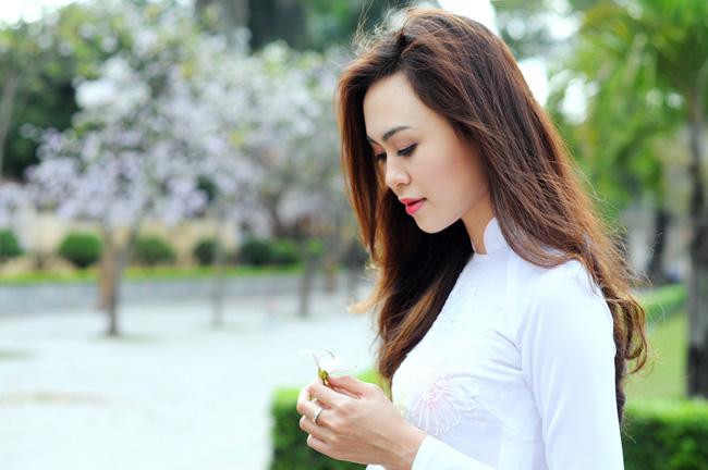 Người đẹp Kinh Bắc khoe sắc bên hoa ban giữa Thủ đô - 1