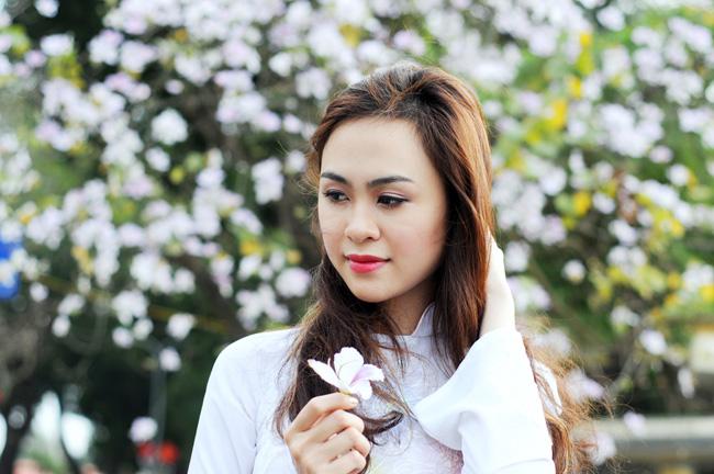 Người đẹp Kinh Bắc khoe sắc bên hoa ban giữa Thủ đô - 3