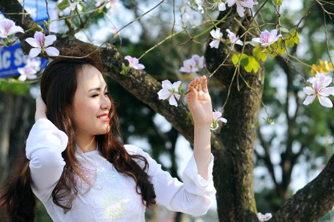 Người đẹp Kinh Bắc khoe sắc bên hoa ban giữa Thủ đô - 5