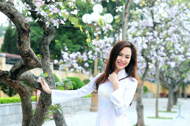Người đẹp Kinh Bắc khoe sắc bên hoa ban giữa Thủ đô - 2