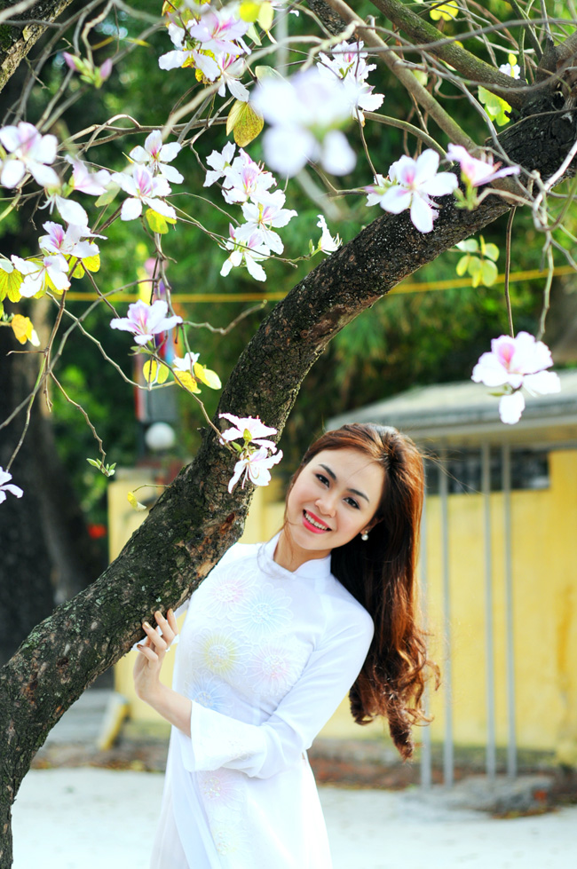 Người đẹp Kinh Bắc khoe sắc bên hoa ban giữa Thủ đô - 7