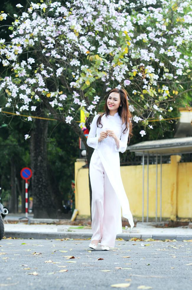 Người đẹp Kinh Bắc khoe sắc bên hoa ban giữa Thủ đô - 10