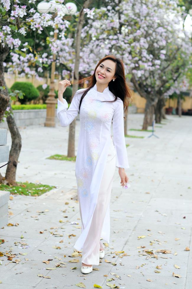 Người đẹp Kinh Bắc khoe sắc bên hoa ban giữa Thủ đô - 8