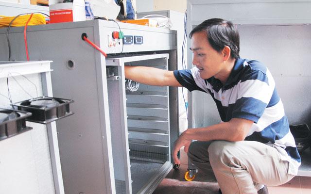 Trai làng sản xuất máy ấp trứng xuất ngoại - 1
