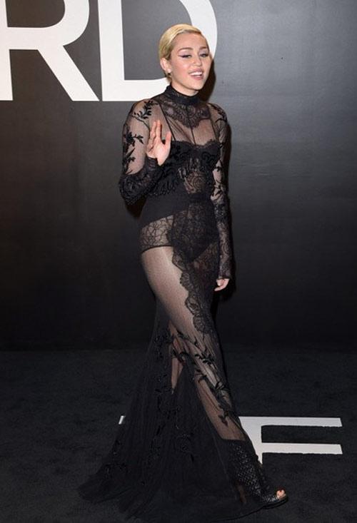 Miley Cyrus được khuyên không mặc nội y dưới váy mỏng - 1