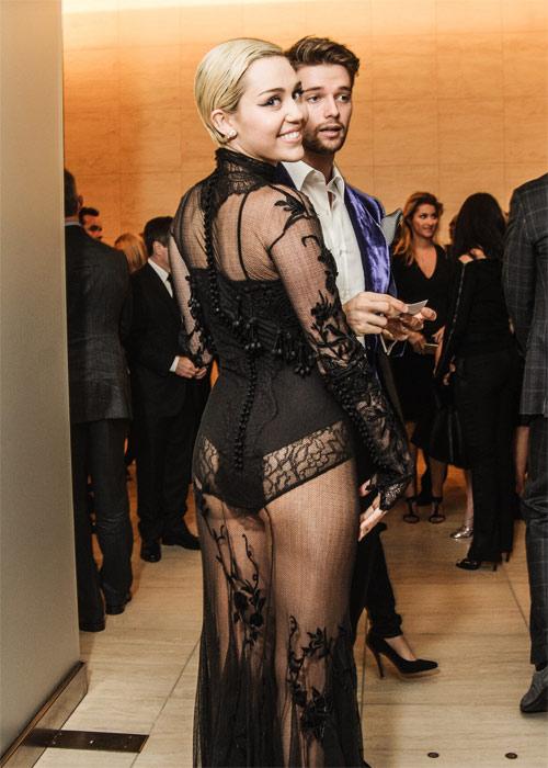 Miley Cyrus được khuyên không mặc nội y dưới váy mỏng - 2