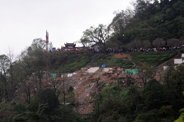 Hàng vạn người đội mưa gió lên đỉnh núi Yên Tử - 2