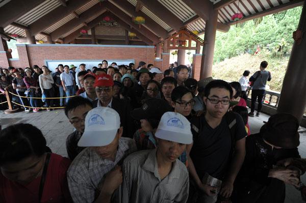 Hàng vạn người đội mưa gió lên đỉnh núi Yên Tử - 3