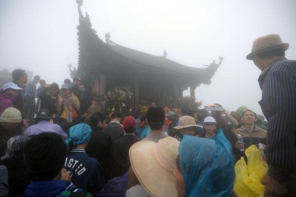Hàng vạn người đội mưa gió lên đỉnh núi Yên Tử - 4