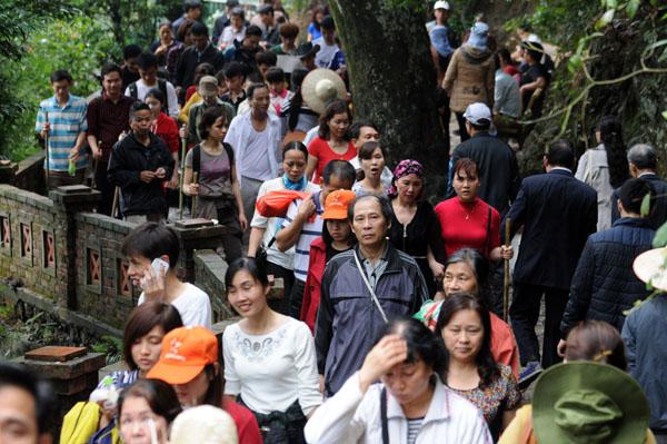 Hàng vạn người đội mưa gió lên đỉnh núi Yên Tử - 9