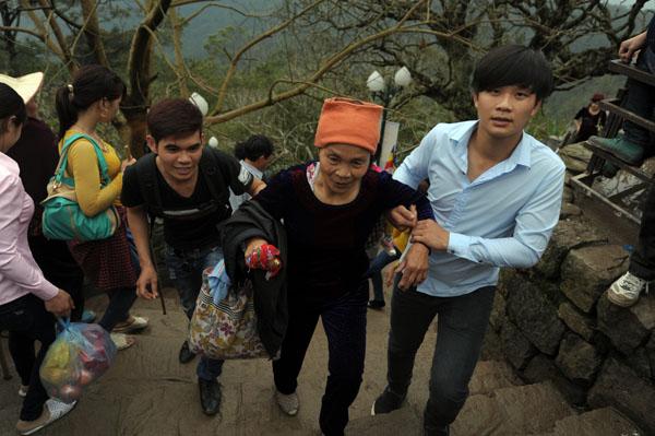 Hàng vạn người đội mưa gió lên đỉnh núi Yên Tử - 12