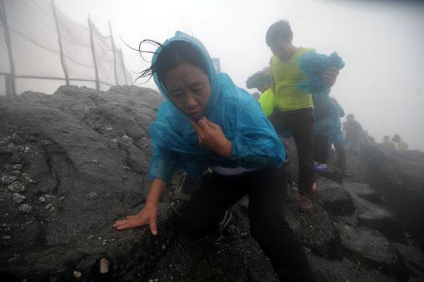 Hàng vạn người đội mưa gió lên đỉnh núi Yên Tử - 5