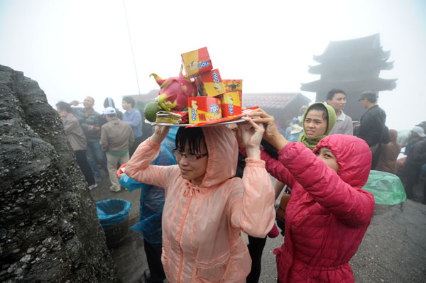 Hàng vạn người đội mưa gió lên đỉnh núi Yên Tử - 7