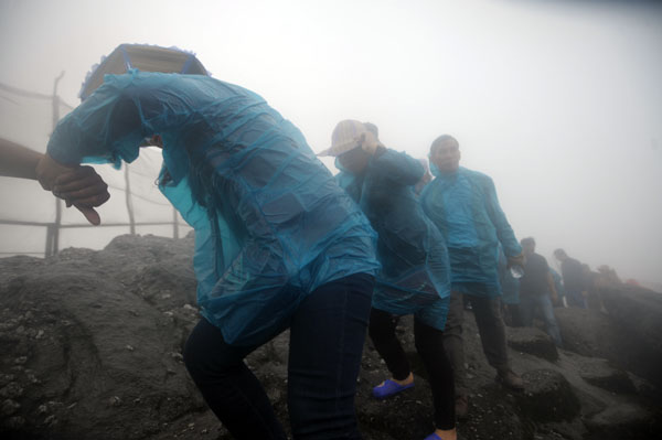 Hàng vạn người đội mưa gió lên đỉnh núi Yên Tử - 6