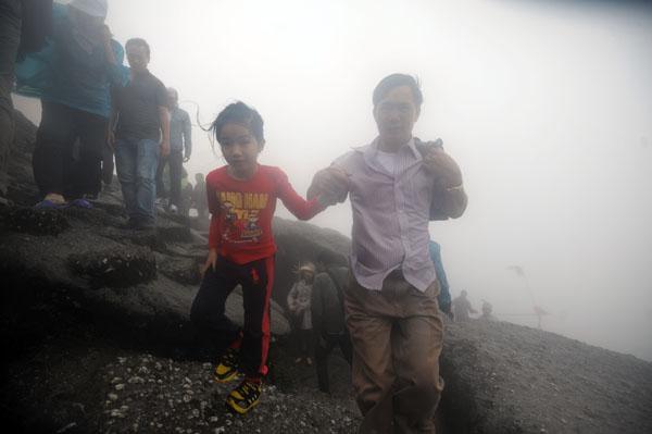 Hàng vạn người đội mưa gió lên đỉnh núi Yên Tử - 8