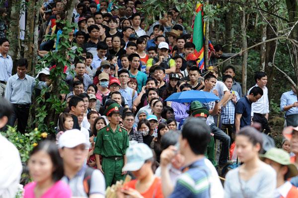 Hàng vạn người đội mưa gió lên đỉnh núi Yên Tử - 13