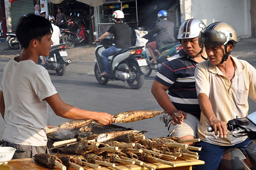 Người Sài Gòn đổ xô đi mua cá lóc nướng cúng Thần Tài
