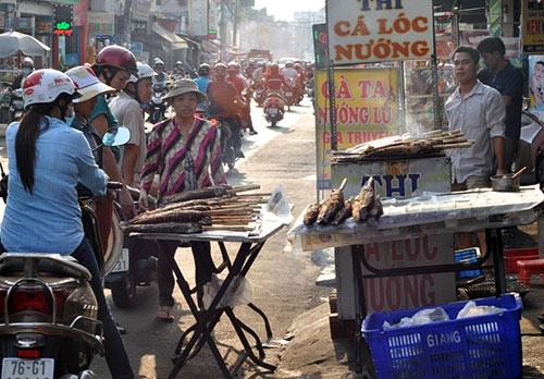 Người Sài Gòn đổ xô đi mua cá lóc nướng cúng Thần Tài - 1