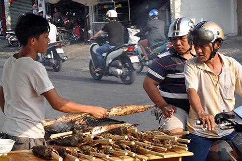 Người Sài Gòn đổ xô đi mua cá lóc nướng cúng Thần Tài - 2