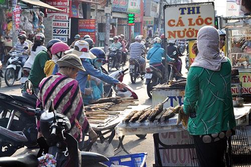 Người Sài Gòn đổ xô đi mua cá lóc nướng cúng Thần Tài - 3