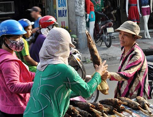 Người Sài Gòn đổ xô đi mua cá lóc nướng cúng Thần Tài - 9