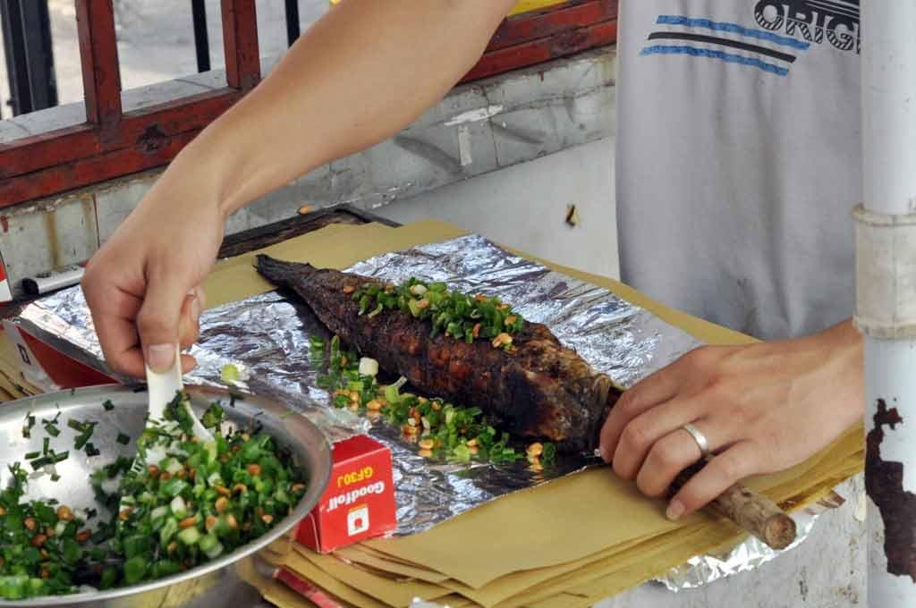 Người Sài Gòn đổ xô đi mua cá lóc nướng cúng Thần Tài - 11
