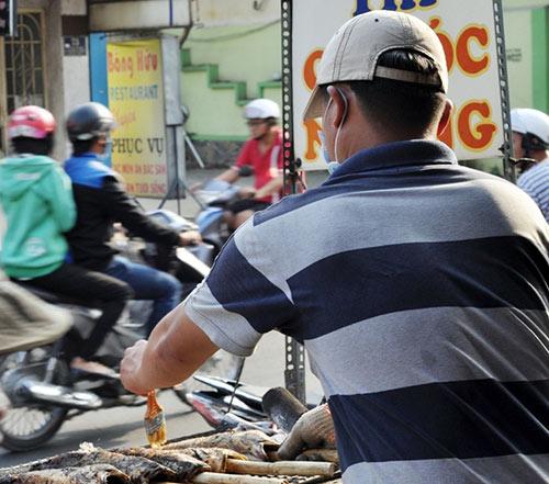 Người Sài Gòn đổ xô đi mua cá lóc nướng cúng Thần Tài - 10