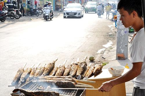 Người Sài Gòn đổ xô đi mua cá lóc nướng cúng Thần Tài - 7