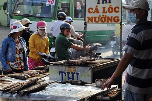 Người Sài Gòn đổ xô đi mua cá lóc nướng cúng Thần Tài - 4
