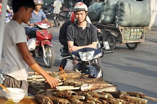 Người Sài Gòn đổ xô đi mua cá lóc nướng cúng Thần Tài - 13